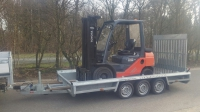 Machinetransporter met heftruck